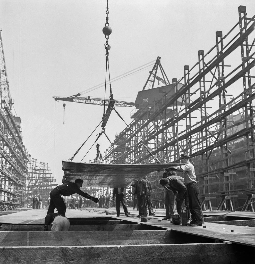 Bethlehem-Fairfield shipyards, Baltimore, Maryland. Erecting bottom shell plates