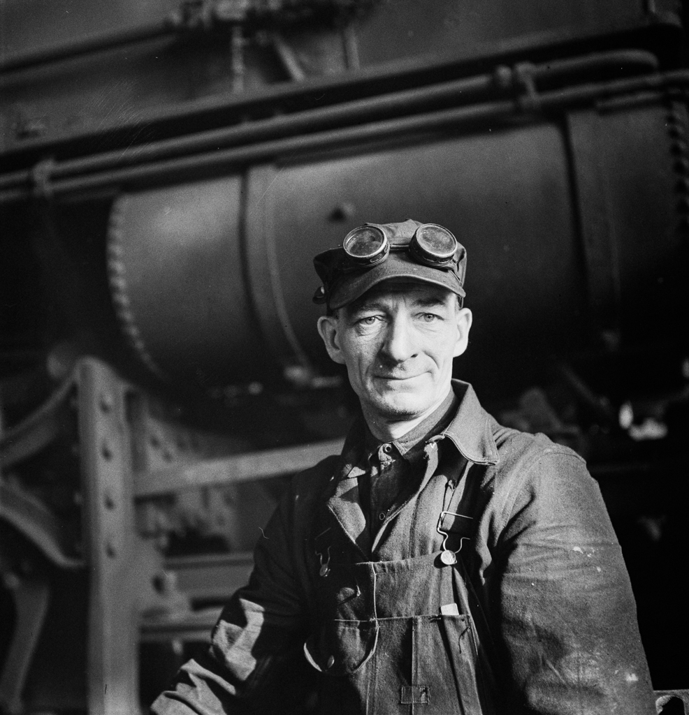 Chicago, Illinois. A worker in the Chicago and Northwestern Railroad locomotive repair shops