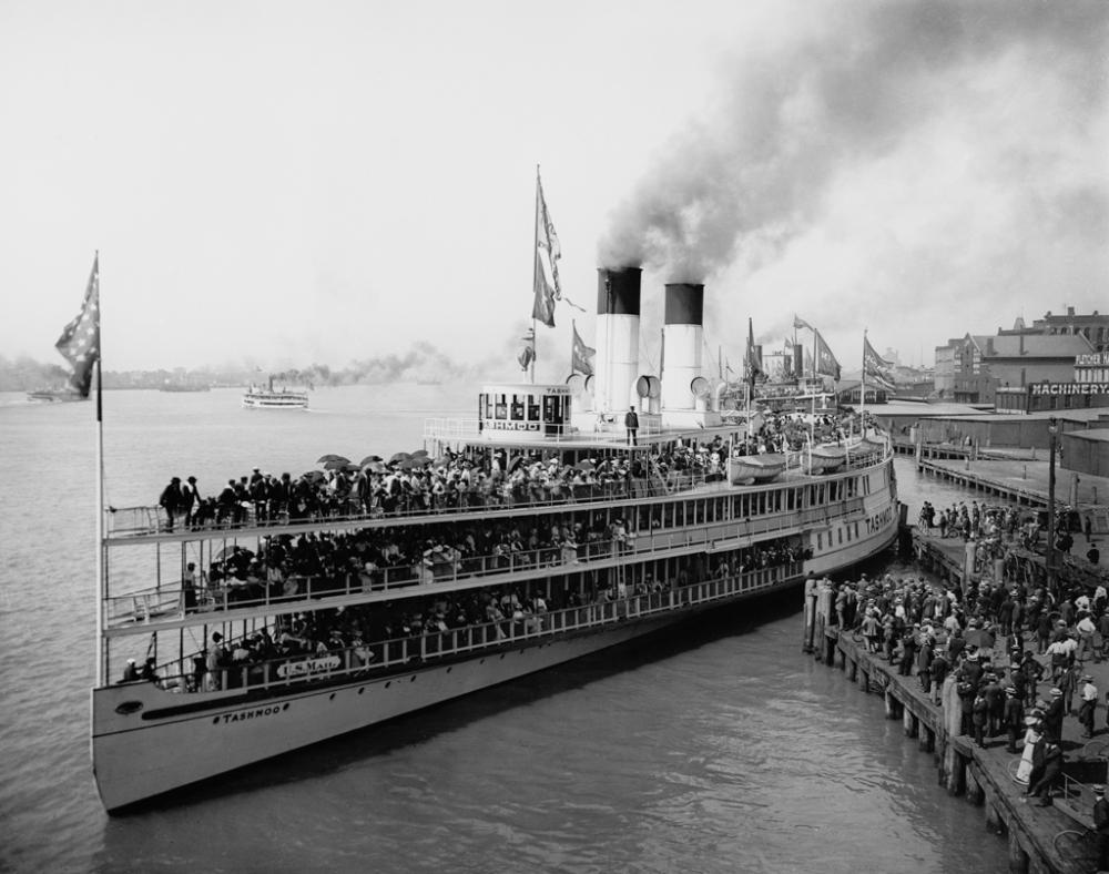 Str. Tashmoo leaving wharf, Detroit-Edit